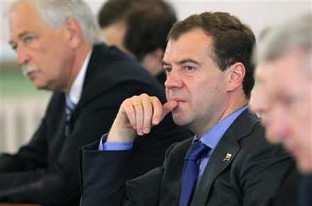 Russian President Dmitry Medvedev (C) chairs a session of the presidential council on the development of information technologies in Russia in the city of Tver, some 170 km (106 miles) northwest of Moscow, July 8, 2010. REUTERS/Sergei Chirikov/Pool