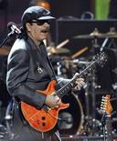 <p>Foto de archivo de la presentación del guitarrista Carlos Santana durante los premios NAACP en el auditorio Shrine en Los Angeles, feb 26 2010. Casi tres años después de que su ex mujer pidiera el divorcio, el guitarrista de rock Carlos Santana emprenderá un nuevo ritmo junto a su baterista. REUTERS/Mario Anzuoni</p>
