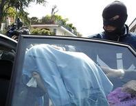 """<p>Офицер итальянской полиции задерживает преступника в Неаполе, 10 мая 2010 года. Итальянская полиция арестовала более 200 человек по подозрению в связях с калабрийской мафией """"Ндрангета"""", сообщили власти во вторник. REUTERS/Ciro De Luca</p>"""