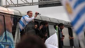 <p>Diego Perez filma multidão que recepcionou a seleção uruguaia em Montevidéu. REUTERS/Pablo La Rosa</p>