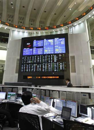 7月14日、前場の東京株式市場で日経平均は大幅反発。米インテルの好決算で、企業業績に期待感が高まっている。東京証券取引所で昨年12月撮影(2010年 ロイター/Yuriko Nakao)