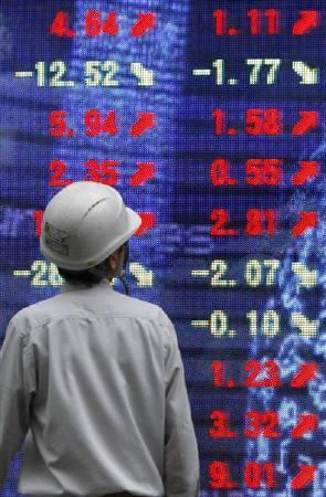 7月14日、東京株式市場で日経平均は大幅反発。写真は都内の株価ボード。昨年4月撮影(2010年 ロイター/Toru Hanai)