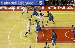 """<p>""""Вашингтон"""" играет против """"Нового Орлеана"""" в рамках тура NBA Europe Live 2008 на стадионе """"Палау Сант Хорди"""" в Барселоне 17 октября. """"Финал четырех"""" баскетбольной Евролиги 2011 года пройдет в Барселоне, сообщается на сайте турнира (http://www.euroleague.net). REUTERS/Gustau Nacarino</p>"""