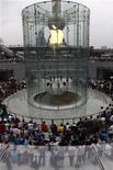 <p>Clientes se reúnem em torno de loja da Apple em Xangai. A Apple se encontra em situação pouco usual conforme se aproxima da divulgação dos resultados trimestrais, em uma semana: na defensiva.10/07/2010.REUTERS/Stringer</p>