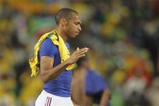 <p>Thierry Henry deixa o campo depois da derrota contra a África do Sul pelo grupo A da Copa do Mundo. O atacante francês anunciou sua aposentadoria do futebol internacional, disse a BBC nesta quinta-feira. 22/06/2010 REUTERS/Charles Platiau</p>