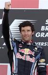 <p>Piloto da Red Bull Mark Webber comemora vitória do Grande Prêmio da Grã-Bretanha em Silverstone. Webber desanuviou o clima com sua equipe após o episódio de suposto favorecimento ao seu companheiro, o alemão Sebastian Vettel. 11/07/2010 REUTERS/Steve Crisp</p>