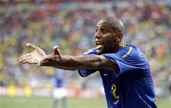 """<p>O lateral-direito Maicon é o único brasileiro no """"time dos sonhos"""" da Copa do Mundo da África do Sul escolhido após votação no site da Fifa. REUTERS/Jerry Lampen</p>"""