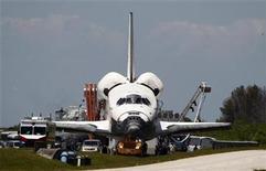 <p>Foto de archivo del transabordador espacial Atlantis tras aterrizar en el Centro Espacial Kennedy en Cabo Cañaveral, EEUU, mayo 26 2010. Una comisión del Senado de Estados Unidos aprobó el jueves de manera unánime un plan para posponer el retiro del transbordador espacial como parte de un pacto para salvar empleos frente al deseo del Gobierno de Obama de terminar el programa de la NASA para regresar a la luna. REUTERS/Pierre DuCharme</p>