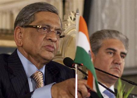 India's Foreign Minister S.M. Krishna (L) and his Pakistani counterpart Shah Mehmood Qureshi take questions from the media during a joint news conference in Islamabad July 15, 2010. REUTERS/Adrees Latif
