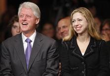 <p>Imagen de archivo del ex presidente estadounidense Bill Clinton junto a su hija Chelsea, en Nueva York. Sep 26 2008. La misteriosa boda de Chelsea Clinton puede ser confidencial pero una cosa no es secreto: habrán lágrimas. REUTERS/Chip East/ARCHIVO</p>
