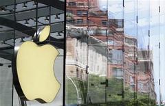 <p>Apple a enregistré au titre du troisième trimestre de son exercice fiscal clos le 26 juin des résultats nettement supérieurs aux attentes de Wall Street, dopés par les ventes d'ordinateurs Mac. /Photo prise le 19 juillet 2010/REUTERS/Lucas Jackson</p>