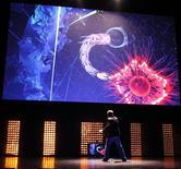 <p>Démonstration d'un jeu pour Kinect Xbox 360 en juin dernier à Los Angeles. Le nouveau système de jeu vidéo à capture de mouvements de Microsoft sera commercialisé à un prix de 149,99 dollars (116 euros) aux Etats-Unis à partir du 4 novembre. /Photo prise le 14 juin 2010/REUTERS/Mario Anzuoni</p>
