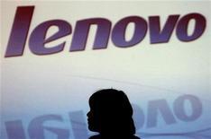 <p>Lenovo, quatrième fabricant mondial d'ordinateurs personnels, lancera sa propre tablette, emboîtant le pas à Apple et son iPad sur ce segment prometteur. Le constructeur chinois a développé sa tablette PC, baptisée LePad, qui fonctionnera avec le système d'exploitation Android de Google. /Photo d'archives/REUTERS/Paul Yeung</p>