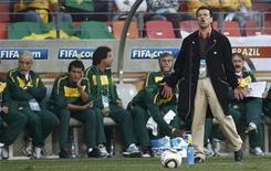 <p>Ex-técnico da seleção brasileira Dunga diante do banco de reservas durante a derrota para a Holanda nas quartas de final da Copa do Mundo da África do Sul. 02/07/2010 REUTERS/Eddie Keogh</p>