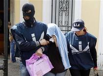 <p>Полиция Италии проводит очередной антимафиозный рейд в Неаполе, 10 мая 2010 года. Полиция Италии провела очередной рейд, в результате которого задержала несколько десятков человек, подозреваемых в связях с мафией, и изъяла 250 миллионов евро ($320 миллионов), сообщила полиция в среду. REUTERS/Ciro De Luca (ITALY - Tags: CRIME LAW)</p>