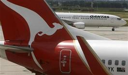<p>Two Qantas passenger jets are seen on the tarmac at Melbourne's Tullamarine Airport December 16, 2009. REUTERS/Mick Tsikas</p>