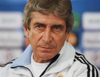 <p>Então técnico do Real Madrid, Manuel Pellegrini, fala com a mídia para a Liga dos Campeões. Pellegrini recebeu uma proposta para assumir como novo comandante da seleção do México, afirmou nesta quinta-feira um representante do técnico chileno. 15/02/2010 REUTERS/Robert Pratta/Arquivo</p>