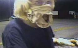 <p>Une femme, qui portait des sous-vêtements masculins en guise de masque, a dérobé mardi de l'argent dans la caisse d'un McDonald d'Oklahoma avant de s'évanouir dans la nature. /Image vidéo tournée le 20 juillet 2010/Police de Midwest City/HO</p>