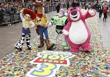 """<p>Personagens de """"Toy Story 3"""" no lançamento do filme em Londres. Depois de três semanas no segundo lugar o filme retomou a primeira posição nas bilheterias fora da América do Norte durante esse final de semana 18/07/2010 REUTERS/Stefan Wermuth</p>"""
