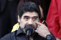 <p>Técnico da seleção argentina, Diego Maradona, fala com a imprensa no palácio Miraflores durante visita ao presidente venezuelano, Hugo Chávez. A imprensa argentina considerou nesta terça-feira como finalizado o ciclo de Maradona como técnico, poucas horas antes de uma reunião da federação local que decidirá o futuro do ex-capitão da equipe. 22/07/2010 REUTERS/Jorge Silva</p>
