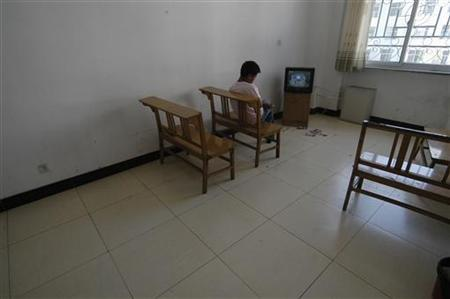 A patient watches TV at the activity room at a mental hospital of Changzhi, north China's Shanxi province May 18, 2007. REUTERS/Stringer