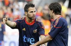 <p>Cesc Fábregas (esq) durante amistoso da seleção espanhola na Áustria antes da Copa do Mundo.O Arsenal não tem qualquer intenção de vender o capitão Cesc Fábregas, disse o técnico Arséne Wenger. 29/05/2010 REUTERS/Dominic Ebenbichler/Arquivo</p>