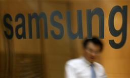 <p>Samsung Electronics fait état d'un bénéfice opérationnel record de 5.010 milliards de wons (3,24 milliards d'euros) au deuxième trimestre tout en prévenant qu'il lui sera difficile de rééditer une telle performance au troisième en raison d'une baisse des prix des puces mémoires et des téléviseurs à écran plat. /Photo prise le 30 juillet 2010/REUTERS/Lee Jae-Won</p>