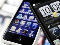 """<p>La concurrence de plus en plus rude qui fait rage sur le marché mondial des """"smartphones"""" devrait peser sur les marges des fabricants au second semestre, selon des analystes. /Photo d'archives/REUTERS/Nicky Loh</p>"""