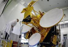 <p>L'opérateur de satellites Eutelsat Communications, qui a réalisé des résultats annuels record lors de l'exercice 2009-2010 clos fin juin, notamment grâce à la mise en service de nouveaux satellites, prévoit de lancer sept appareils au cours des trois prochaines années. /Photo d'archives/REUTERS/Eric Gaillard</p>