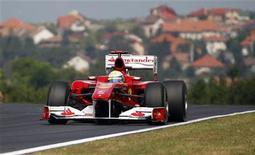 <p>Felipe Massa da Ferrari durante treino livro para o GP da Hungria, no Hungarorig, retornando depois pela primeira vez desde que sofreu lesões quase fatais em um acidente ocorrido um ano atrás. 0/07/2010 REUTERS/Laszlo Balogh)</p>
