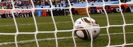 <p>A discussão sobre o uso da tecnologia na arbitragem do futebol se intensificou depois de um incidente na Copa do Mundo da África do Sul, quando a arbitragem não validou um gol da Inglaterra contra a Alemanha. 27/06/2010 REUTERS/Eddie Keogh</p>