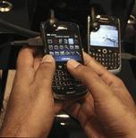 <p>Research in Motion a dit qu'il ne compromettrait pas la sécurité de son smartphone BlackBerry, répondant aux inquiétudes soulevées par l'interdiction possible de certains de ses services aux Emirats arabes unis et en Arabie saoudite. /Photo prise le 2 août 2010/REUTERS/Mosab Omar</p>
