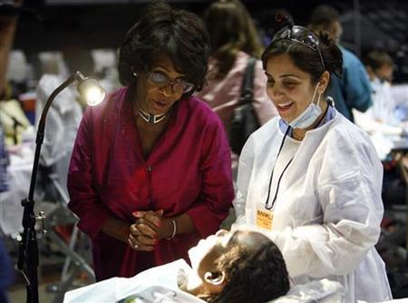 Congresswoman Maxine Waters (D-CA) (L) talks to a patient at the Remote Area Medical (RAM) health clinic in Inglewood, California August 11, 2009. REUTERS/Mario Anzuoni