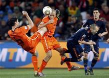 <p>Holandês Mark van Bommel (esq)chuta seu colega de equipe John Heitinga durante uma disputa pela bola contra a seleção espanhola, na final da Copa do Mundo em Johanesburgo. As duas seleções foram multadas pelo comportamento dos jogadores na final. 11/07/2010 REUTERS/Siphiwe Sibeko/Arquivo</p>