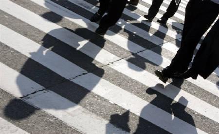 8月4日、長期金利が一時7年ぶりに1%を割り込んだ。都内の横断歩道で2007年7月撮影(2010年 ロイター/Yuriko Nakao)
