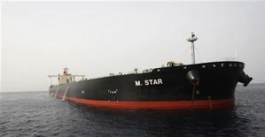 """<p>Танкер M Star у порта Эль-Фуджайра в ОАЭ 29 июля 2010 года. Связанная с """"аль-Каидой"""" экстремистская группа в среду взяла на себя ответственность за взрыв на японском супертанкере в Ормузском проливе на прошлой неделе. REUTERS/Mosab Omar</p>"""