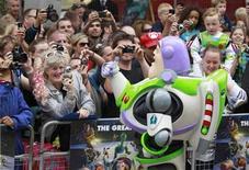 """<p>Foto de archivo del personaje Buzz Lightyear de la película """"Toy Story 3"""", durante el estreno de la cinta en Londres, jul 18 2010. Los amigos Buzz Lightyear y Woody se mantuvieron en la cima de la taquilla británica con otro monto multimillonario después de que su estreno marcara un récord la semana pasada, informó Screen International. REUTERS/Stefan Wermuth</p>"""