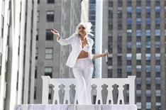 """<p>Foto de archivo de la presentación de la cantante Lady Gaga en el programa """"Today"""" de la cadena NBC de Nueva York, jul 9 2010. Más de 250.000 seguidores de la música se reunirán este fin de semana en las orillas del Lago Michigan para los tres días del Festival Musical de Lollapalooza, que espera repuntar una deprimente temporada de conciertos durante el verano boreal. REUTERS/Lucas Jackson</p>"""