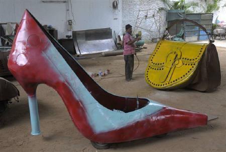 8月4日、インド南部のハイデラバードにある工場で作られているハイヒールの形をした自動車(2010年 ロイター)