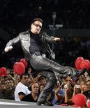 <p>Bono canta em Turim. O vocalista Bono, do U2, voltou à ativa na sexta-feira, após quase dois meses afastado dos palcos por causa de uma lesão nas costas, e a banda irlandesa retomou uma turnê que, segundo seu empresário, será a mais lucrativa da história.06/08/2010.REUTERS/Stefano Rellandini</p>