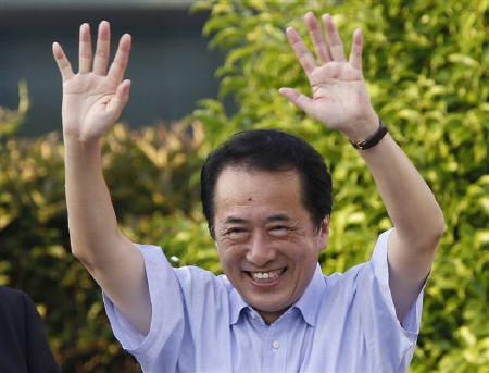 Japan's Prime Minister Naoto Kan waves to voters on the last day of a stumping tour before Sunday's upper house election in Kawasaki, south of Tokyo, July 10, 2010. REUTERS/Yuriko Nakao