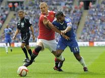 <p>Vidic disputa bola com Malouda durante partida em Londres. O Manchester United dominou um inconstante Chelsea para conquistar uma vitória merecida por 3 x 1 sobre o vencedor do Campeonato Inglês e da Copa da Inglaterra, e ficar com o título da Supercopa neste domingo em Wembley.08/08/2010.REUTERS/Nigel Roddis</p>
