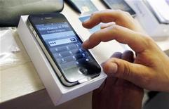 <p>Usuário configura um iPhone 4 em Madri. Destronar o iPhone pode ser tarefa difícil demais para alguns dos líderes do setor de celulares, entre os quais a LG Electronics, que estão batalhando por recuperar terreno perdido nos segmentos de celulares e serviços.30/07/2010.REUTERS/Susana Vera</p>