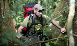 <p>Foto sin fechar de Ed Stafford en medio de la jungla del Amazonas en Brasil. Un ex capitán del Ejército de Gran Bretaña se convirtió el lunes en la primera persona conocida en caminar desde el origen del río Amazonas hasta su cuenca. REUTERS/Handout</p>