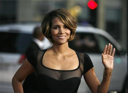 Actress Halle Berry waves as she arrives at an industry screening of ''X-Men Origins: Wolverine'' at the Grauman's Chinese theatre in Hollywood, California April 28, 2009. The movie opens in the U.S. on May 1. REUTERS/Mario Anzuoni (UNITED STATES ENTERTAINMENT)