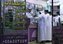 """<p>Magasin de mobiles à Ryad. Le fabricant du téléphone portable BlackBerry, Research In Motion (RIM), qui cherche à éviter une interdiction de son service de messagerie en Arabie Saoudite, a accepté de livrer aux autorités les """"codes"""" permettant d'accéder aux données de ses utilisateurs locaux, a-t-on appris auprès d'une source proche des discussions. /Photo prise le 10 août 2010/REUTERS/Fahad Shadeed</p>"""