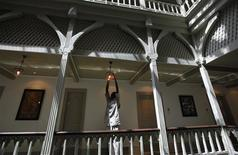 <p>An employee of the Taj Palace Hotel works inside the heritage wing of the hotel in Mumbai August 11, 2010. REUTERS/Danish Siddiqui</p>