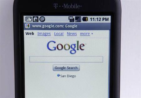 8月12日、米オラクルは、特許および著作権侵害でグーグルを提訴したと発表。写真はグーグルのOS「アンドロイド」を搭載した携帯電話。カリフォルニア州で1月撮影(2010年 ロイター/Mike Blake)
