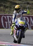 <p>O campeão mundial da MotoGP Valentino Rossi deixará a Yamaha e vai correr pela Ducati a partir da próxima temporada, para alegria de milhões de compatriotas italianos fãs da motovelocidade que finalmente o verão correndo por uma equipe do país. REUTERS/David W Cerny</p>