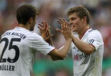 <p>Thomas Mueller e Toni Kroos, do Bayern de Munique, celebram gol na vitória por 4 x 0 sobre o Germania Windeck na Copa da Alemanha. REUTERS/Ina Fassbender</p>